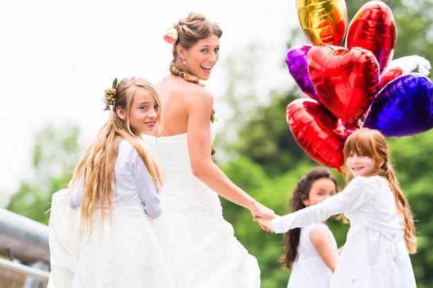Ślubna panna młoda w sukni z druhną