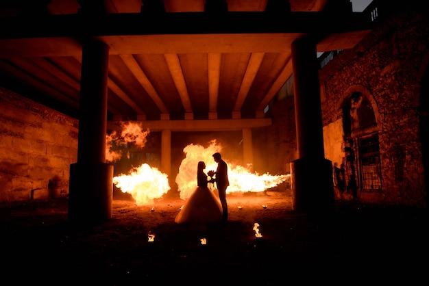 Ślubna para w średniowiecznych kostiumach z wampira stylu makijażem