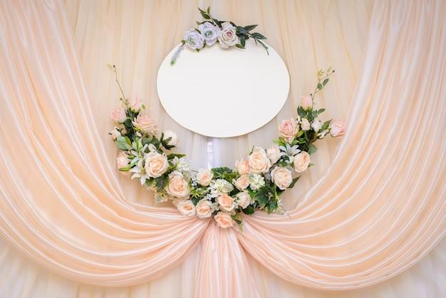Ślubna ścienna dekoracja przy ceremonią z kopii przestrzenią