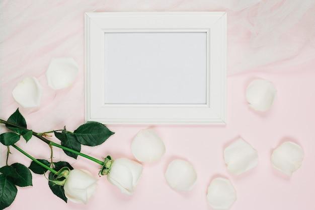 Ślubne białe róże z ramą