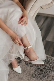 Ślubne buty ślubne, sukienka i pierścionki