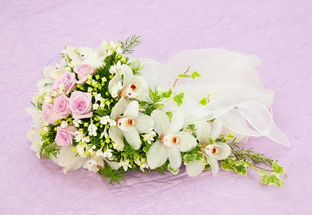 Ślubne różowe róże i biały storczykowy bukiet