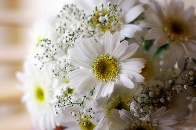 Ślubne wiadro białych kwiatów