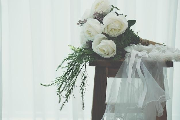 Ślubny biały welon ślubny i bukiet kwiatów róży