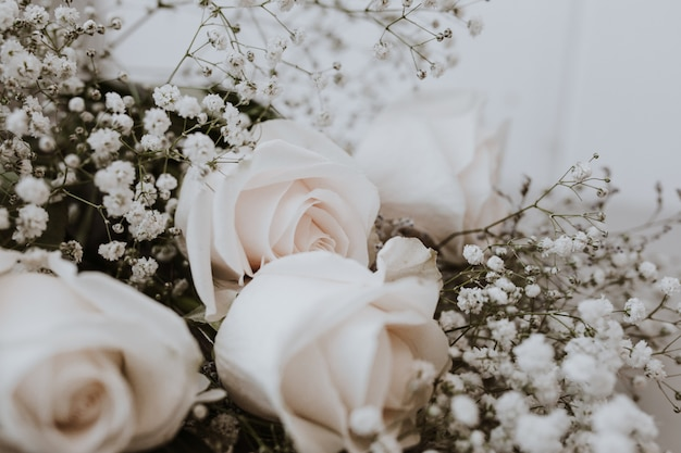 Ślubny bukiet białych róż z paniculata