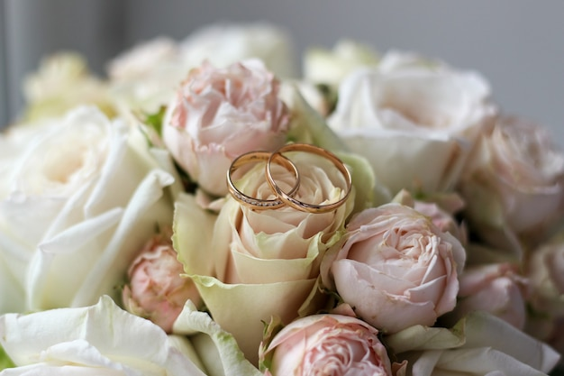 Ślubny bukiet kwiatów z pierścieniami