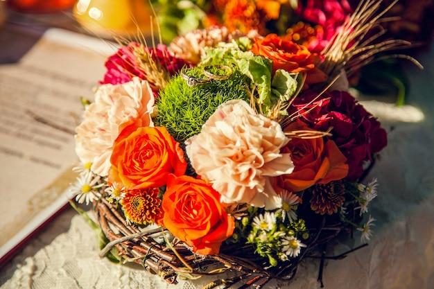 Ślubny bukiet panny młodej w jesiennym motywie.