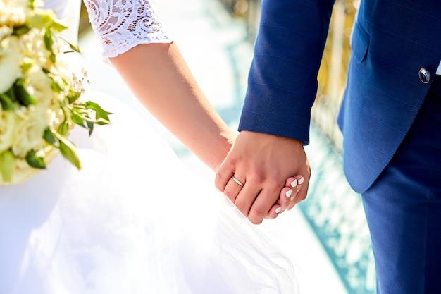 Ślubny bukiet trzyma w rękach pary.