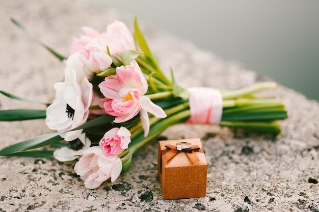 Ślubny bukiet tulipanów i ukwiałów pudełko z obrączką