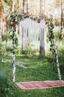 Ślubny łuk z makrame w lesie