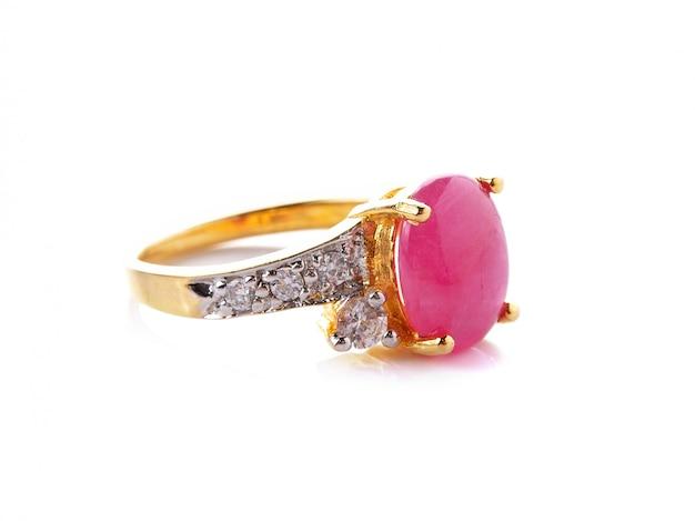 Ślubny pierścionek z brylantem na białej przestrzeni