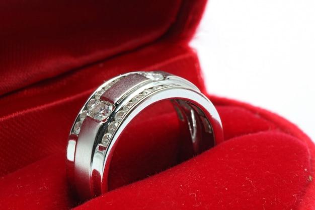 Ślubny pierścionek z brylantem w czerwonym pudełku