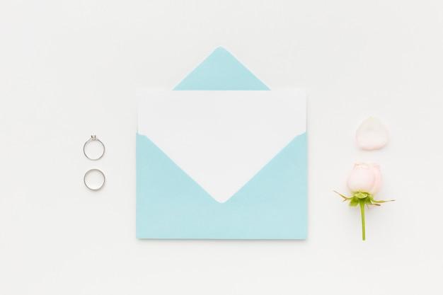 Ślubny pierścionek zaręczynowy i zaproszenie
