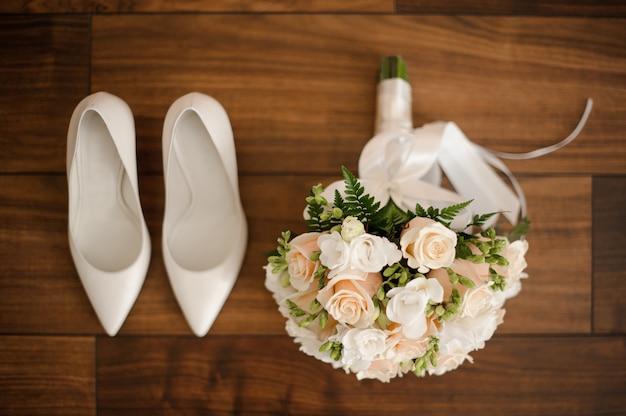 Ślubny poranek przedstawia kompozycję na podłodze