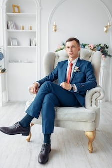 Ślubny portret mężczyzny, mężczyzny w eleganckim garniturze