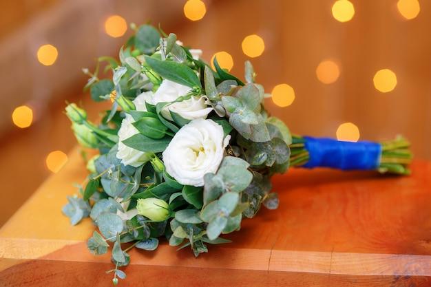 Ślubny ślubny bukiet kwiatów na drewnianej powierzchni