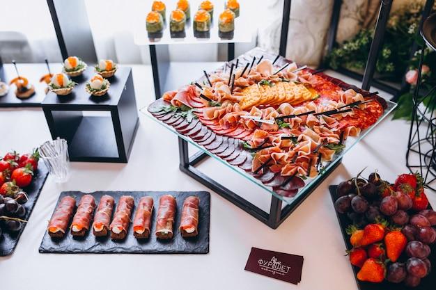 Ślubny stół z przekąskami i deserami