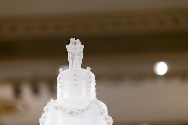 Ślubny tort dla lalek, zakochana para, pluszowy miś na weselnym torcie