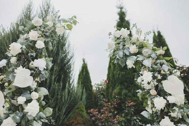 Ślubny wystrój z kwiatami. okrągły łuk świeżych kwiatów.