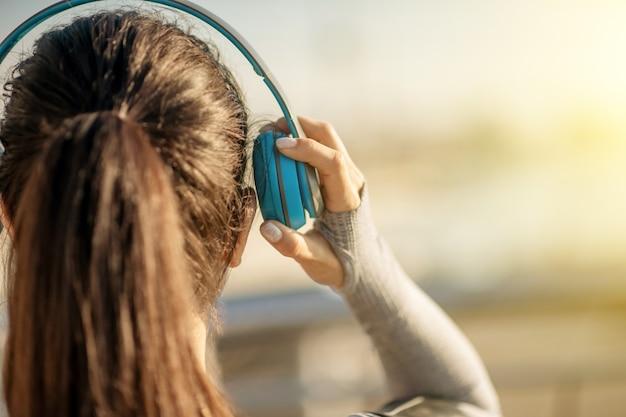 Słuchać muzyki. zbliżenie głowy dziewczyny w słuchawkach