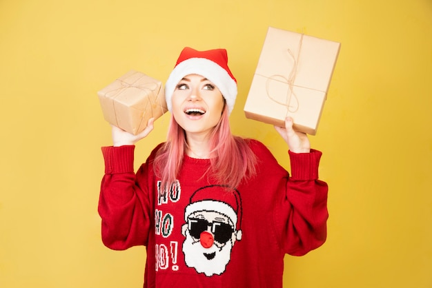 Słuchająca dziewczyna z prezentami w rękach