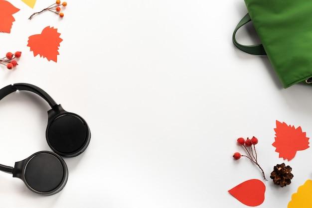 Słuchawki bezprzewodowe czarno-zielony plecak torba na gałęzie czerwone liście jagody