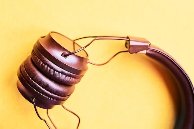 Słuchawki bezprzewodowe na pastelowych tłach