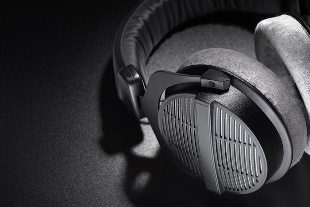 Słuchawki. czarne, studyjne słuchawki nauszne z otwartym tyłem