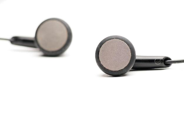 Słuchawki do odtwarzacza muzyki i smartfona na białym tle