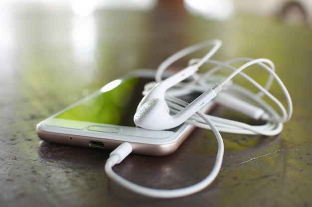 Słuchawki i inteligentny telefon z miękkim światłem