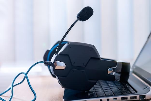 Słuchawki i laptop, koncepcja komunikacji