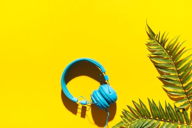Słuchawki i liść drzewa