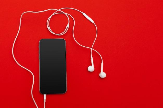 Słuchawki i telefon komórkowy