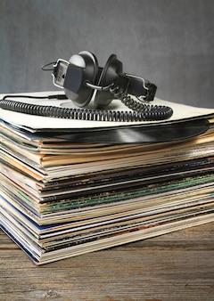 Słuchawki i ulubione stare płyty winylowe