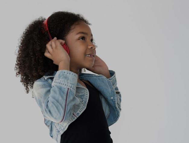 Słuchawki muzyki afrykańskiej dziewczyny słuchania