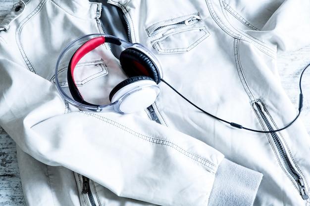 Słuchawki na białej kurtce. gotowy do wyjścia.