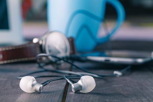 Słuchawki na drewnianym stole