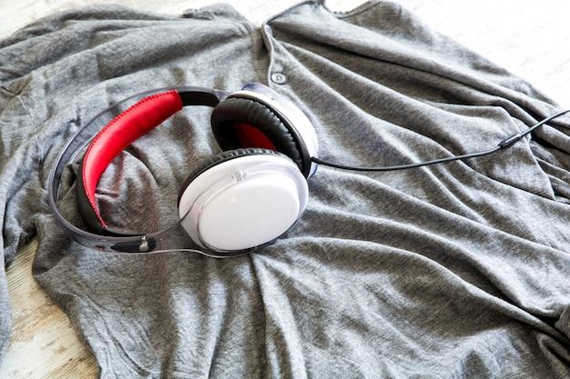Słuchawki na koszuli