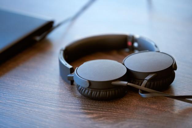 Słuchawki na stole w biurze