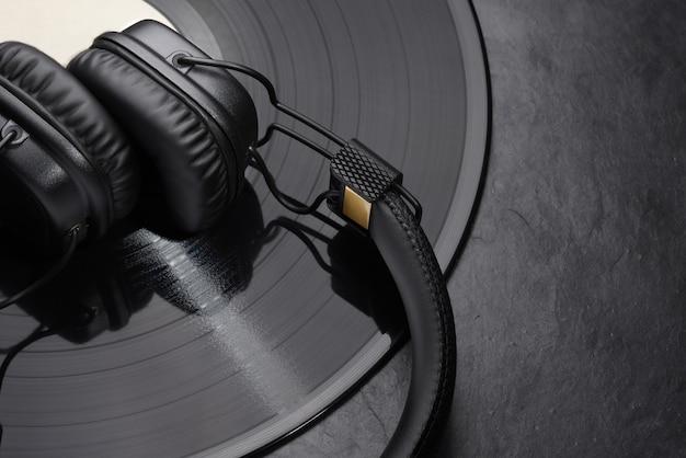 Słuchawki nauszne lub nauszne na płycie winylowej.