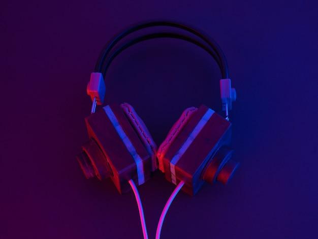 Słuchawki są drewniane. ręcznie montowane w domu. niebieski trend podkreśla niebieski i fioletowy.