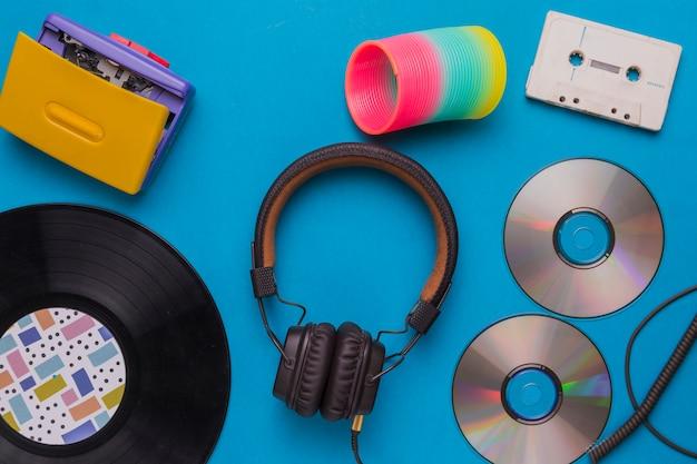 Słuchawki z płytami cd i taśmą muzyczną