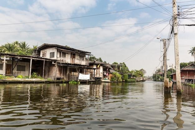 Slumsy na brudnym kanale w tajlandii