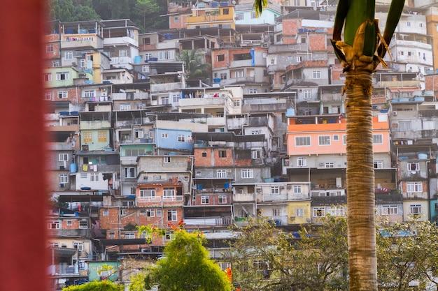 Slumsy rocinha w rio de janeiro, brazylia.