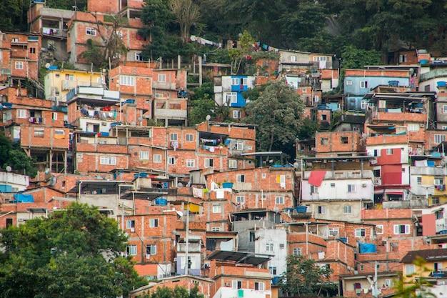 Slumsy santa marta w rio de janeiro w brazylii.