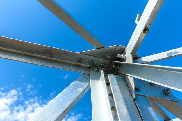 Słup elektryczny wysokiego napięcia od spodu. wieża wysokiego napięcia. wieża elektroenergetyczna wysokiego napięcia