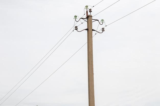 Słup elektryczny z linią przewodów zasilających