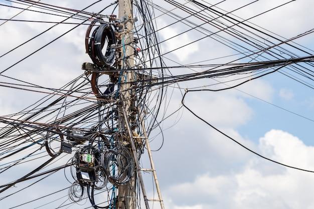 Słup energetyczny z drutami kablowymi