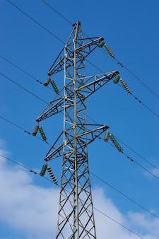 Słup linii wysokiego napięcia zasilania elektrycznego