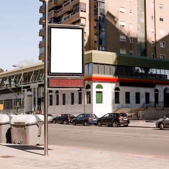 Słup z reklamowym billboardem przy miasto ulicą